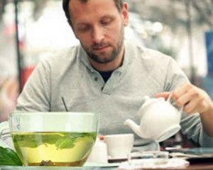наливает чай